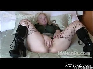 Blondie with big ass fucks with black animal