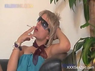 Smoking hot blondie opens her crack just to get licked by her ...